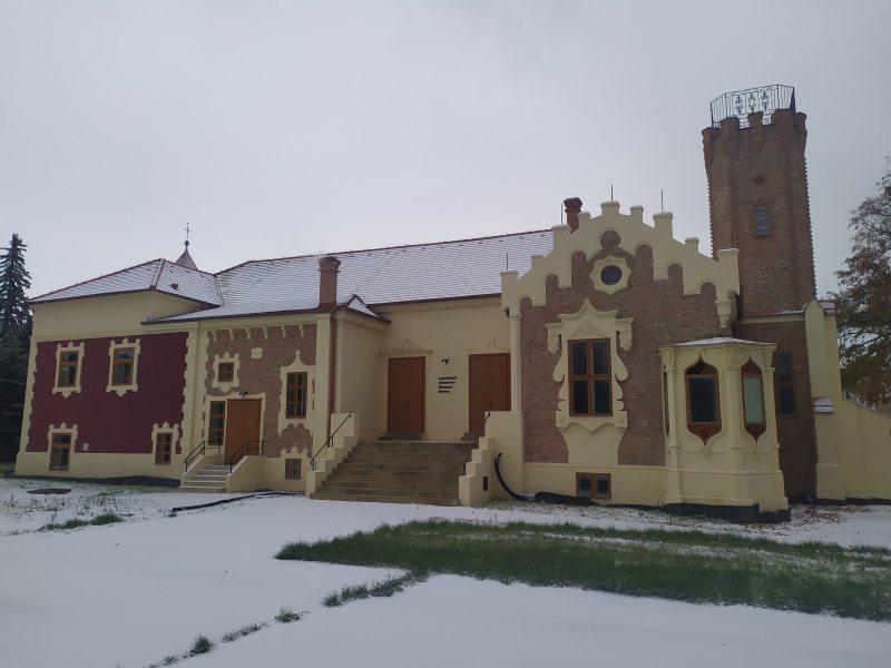 pohlad na budovu muzea sneh