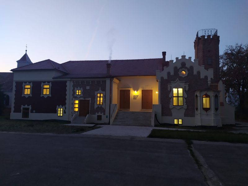 pohlad na budovu muzea rano