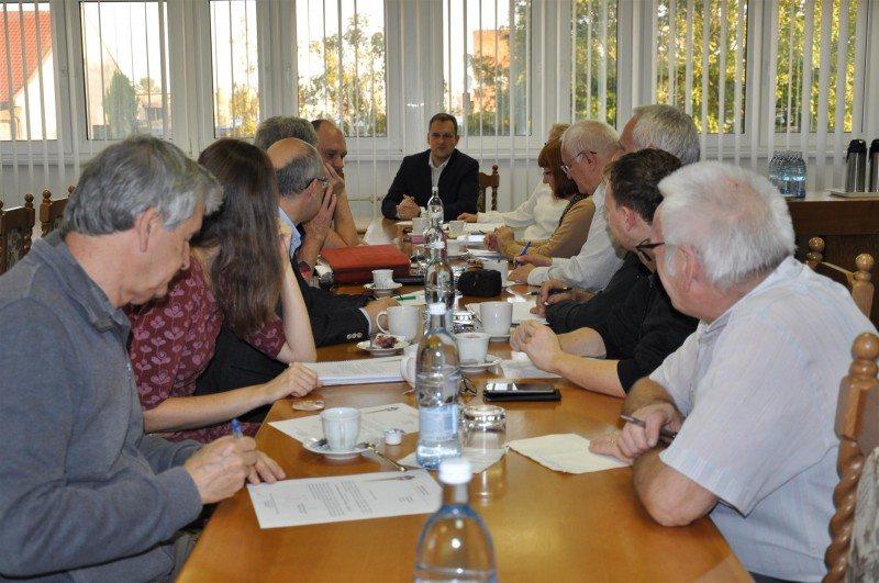 členovia muzealne rady sedia pri stole
